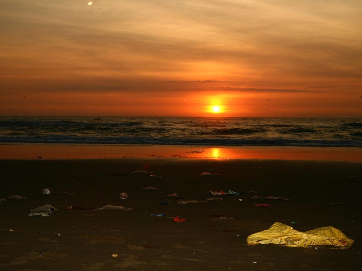 Praia con diferentes tipos de residuos