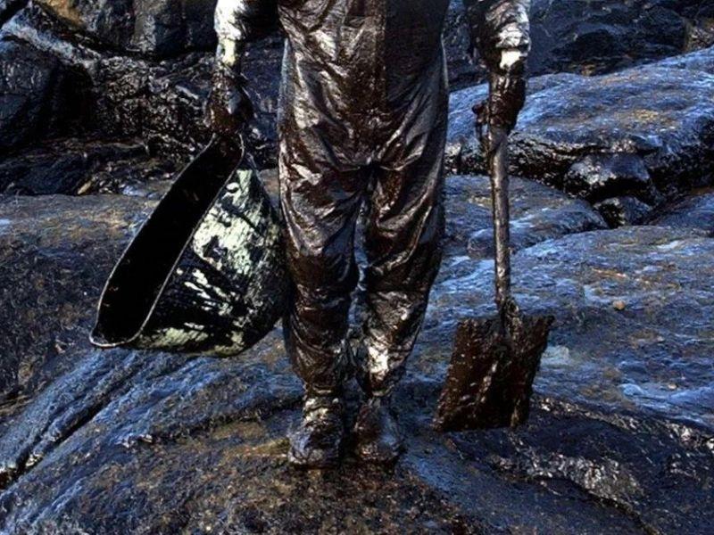 Voluntario cuberto de chapapote trala catástrofe