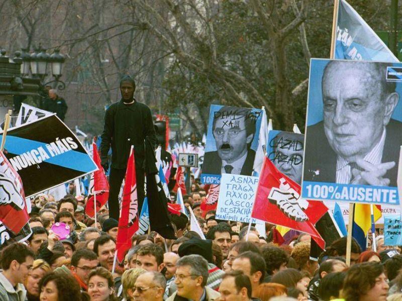 Manifestantes reunidos na protesta polo desastre do Prestige
