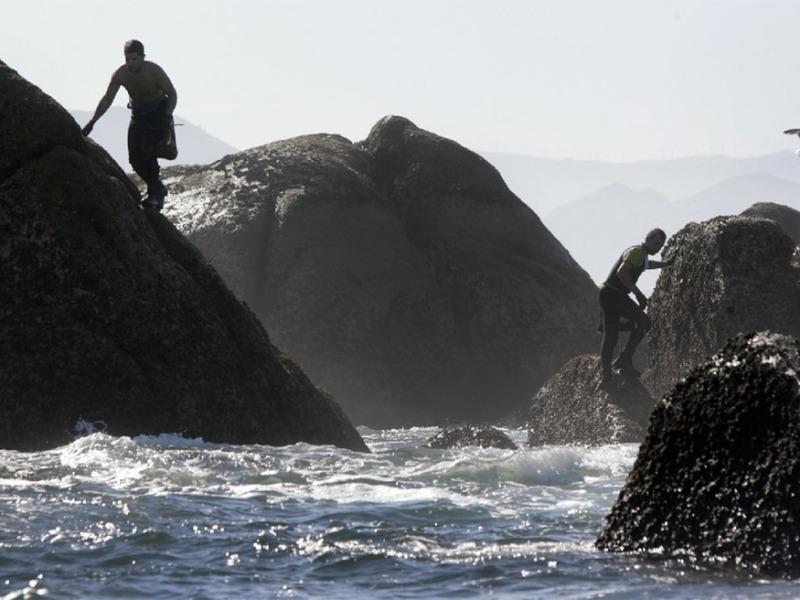 Dous percebeiros faenan nas rochas de Lira, na Costa da Morte